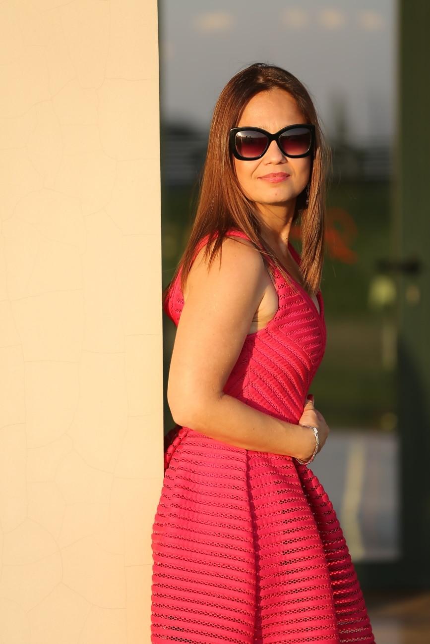 nádherná, brunetka, sluneční brýle, pózuje, červená, šaty, sukně, boční pohled, vlasy, pěkné