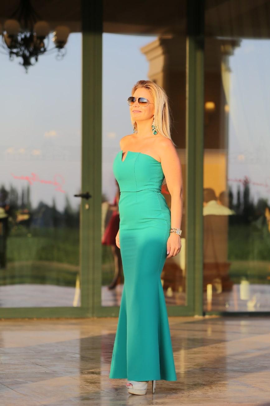 Dame, blonde, fantaisie, marche, robe, vert, élégant, modèle, mode, femme