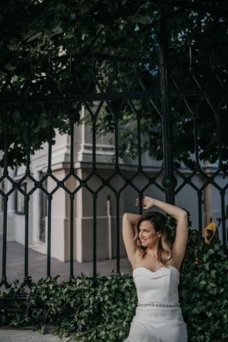 prachtige, poseren, mooi meisje, schouder, wapens, wit, jurk, outfit, meisje, bruiloft