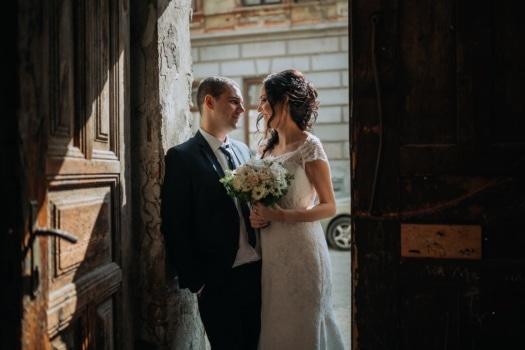 marito, novelli sposi, moglie, ingresso, cancello, matrimonio, amore, donna, coppia, sposo