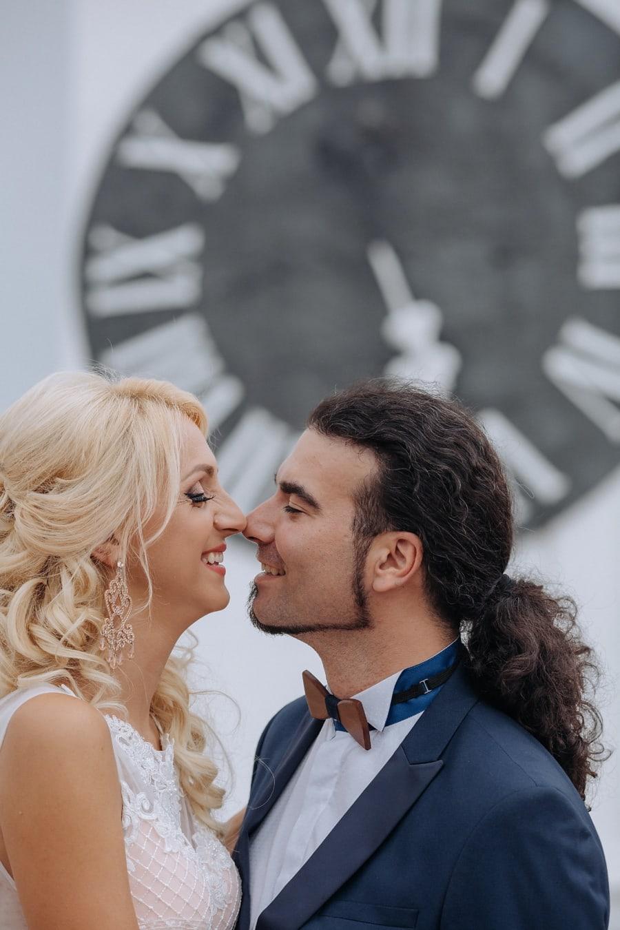 Barbe, baiser, homme, souriant, Jolie fille, cheveux blonds, amour, couple, jeune marié, femme