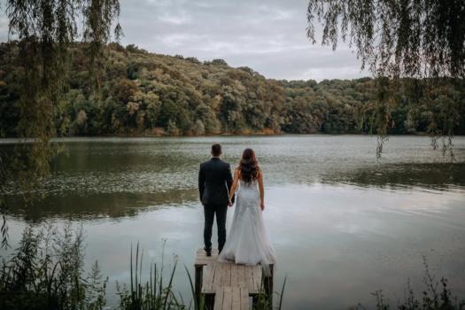 wildernis, pasgetrouwden, lentetijd, oever van de rivier, man, vrouw, oever, bruiloft, liefde, bruid