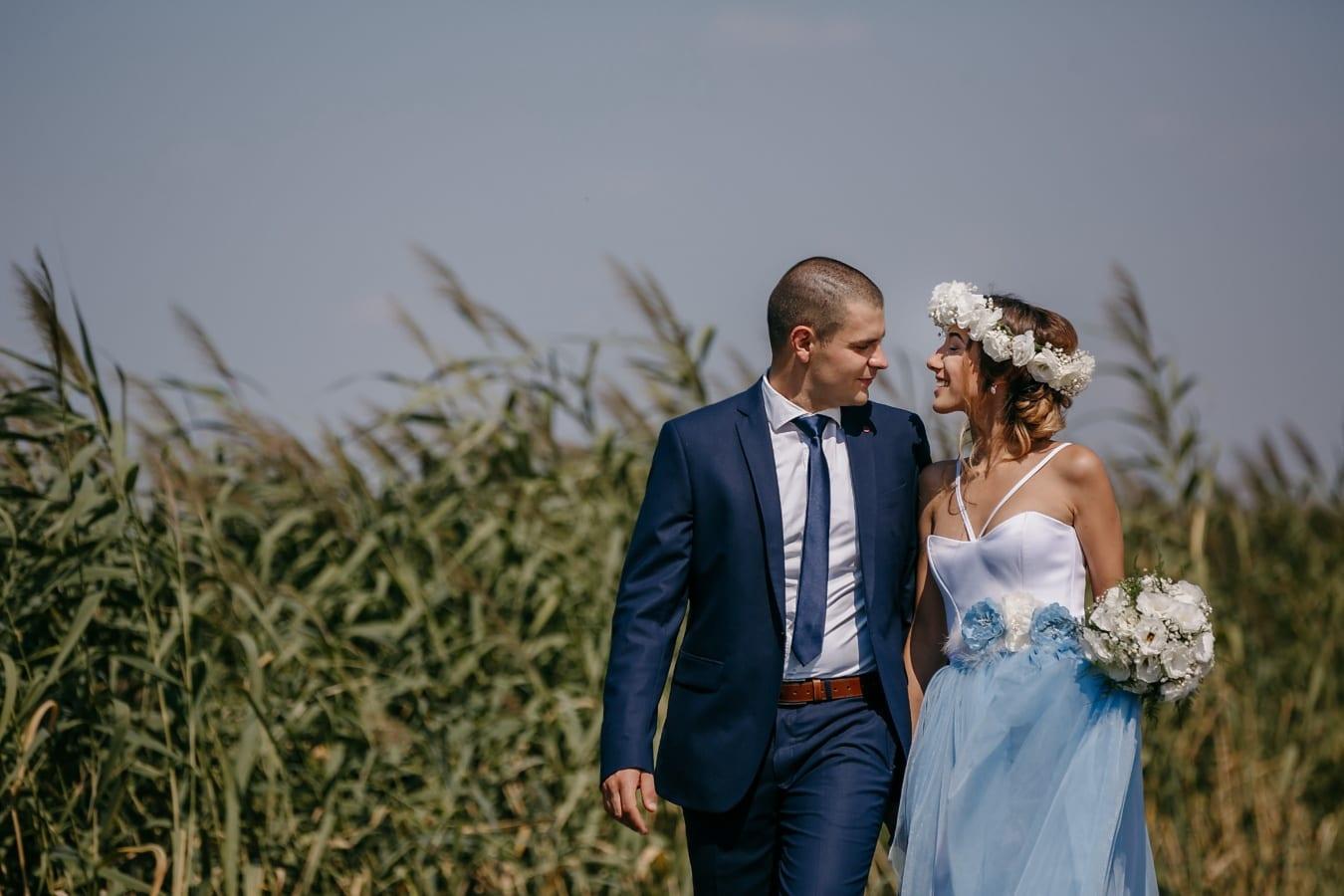 Geschäftsmann, herrlich, junge Frau, Landschaft, Zuneigung, im freien, Liebe, Lächeln, Hochzeit, Bräutigam
