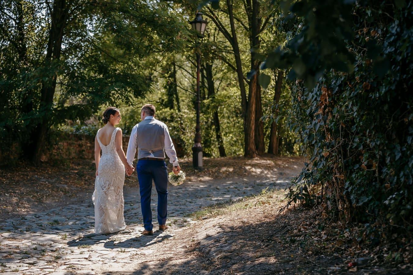 marche, sentier de la forêt, tout juste marié, randonnée, amour, jeune fille, arbre, forêt, mariage, engagement