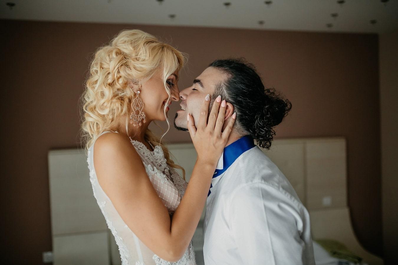 поцелуй, спальня, блондинка, Борода, человек, красивый, женщина, любовь, помещении, романтика