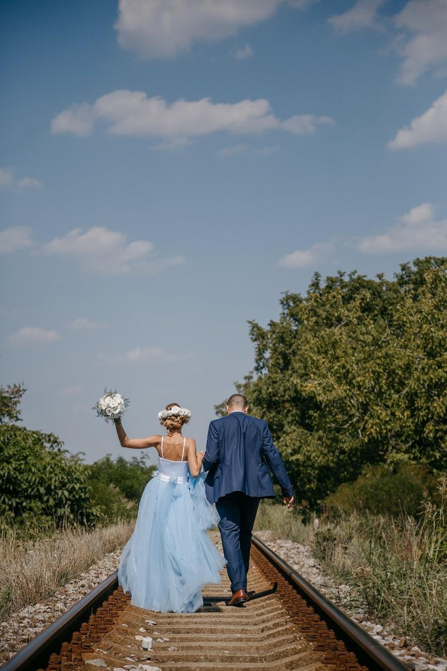 jeune marié, Gare ferroviaire, la mariée, tout juste marié, chemin de fer, mariage, jeune fille, amour, couple, engagement