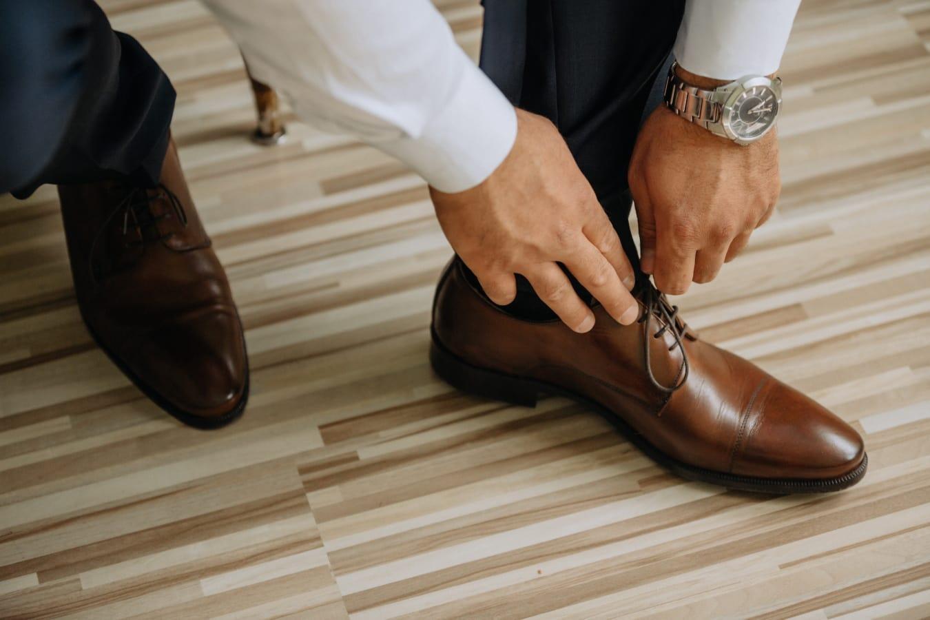 Leder, hellbraun, Schuhe, Hände, Mann, gut aussehend, Beine, beiläufig, Mode, Schuhe