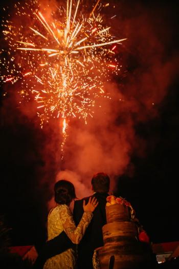 romantica, fuochi d'artificio, ragazzo, fidanzata, che abbraccia il, Festival, celebrazione, fumo, candela, esplosione