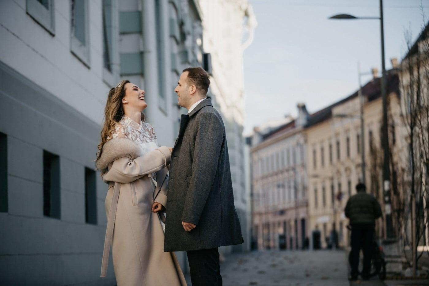 milostný vztah, romantický, ulice, městská oblast, denní světlo, úsměv, setkání, muž, lidé, svatba