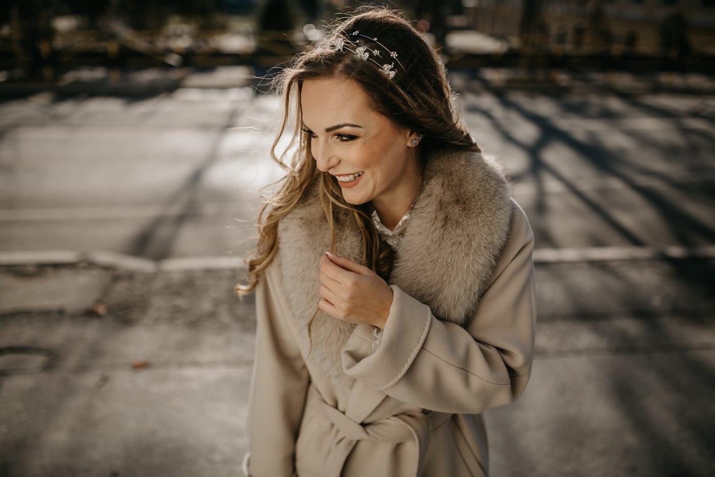 かわいい女の子, ポーズ, 豪華です, 通り, 幸福, 横から見た図, ファッション, 秋のシーズン, 冬, 縦方向