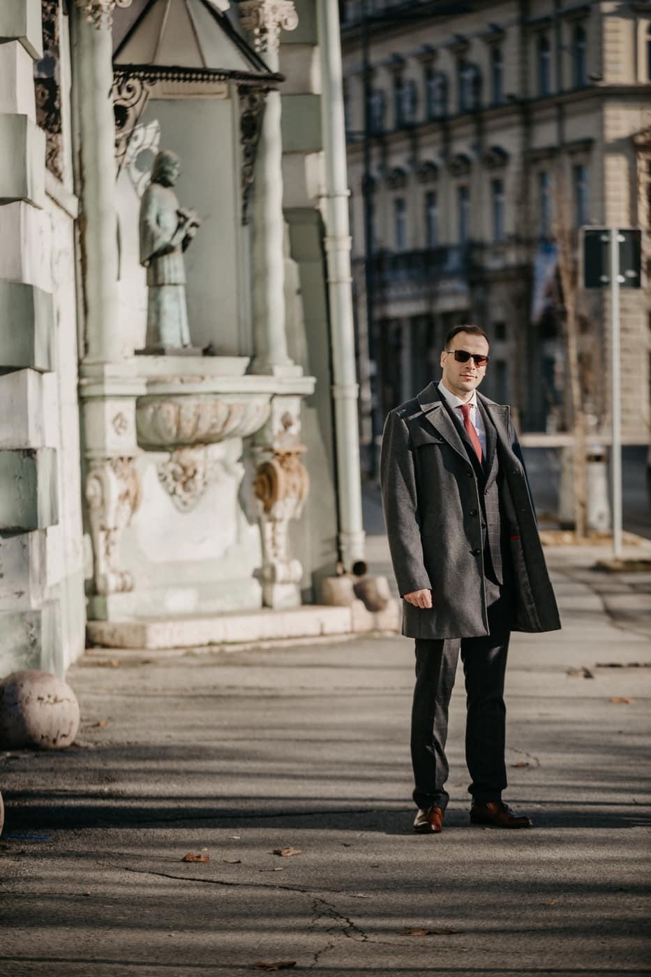 постоянен, бизнесмен, в центъра, улица, слънчеви очила, инвентар, костюм от смокинг, мода, град, портрет
