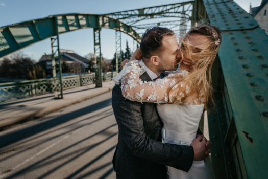 Liebesbeziehung, umarmt, Kuss, blonde Haare, gut aussehend, Innenstadt, Freund, Brücke, Frau, Liebe