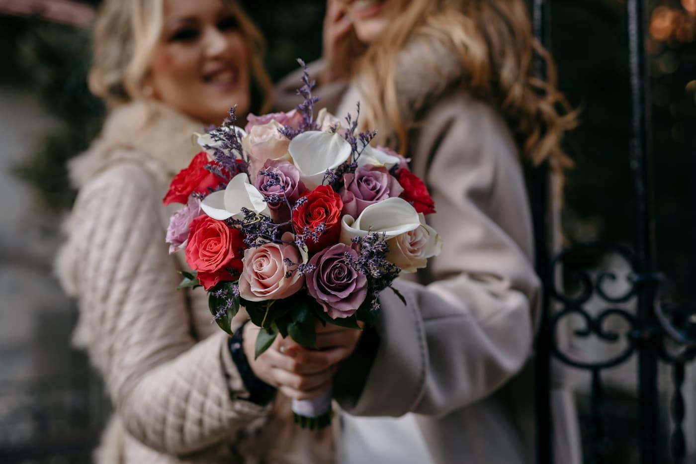 przytulanie, romantyczny, kobiety, prezent, dziewczyn, Ładna dziewczyna, bukiet, emocje, przyjemność, uśmiech
