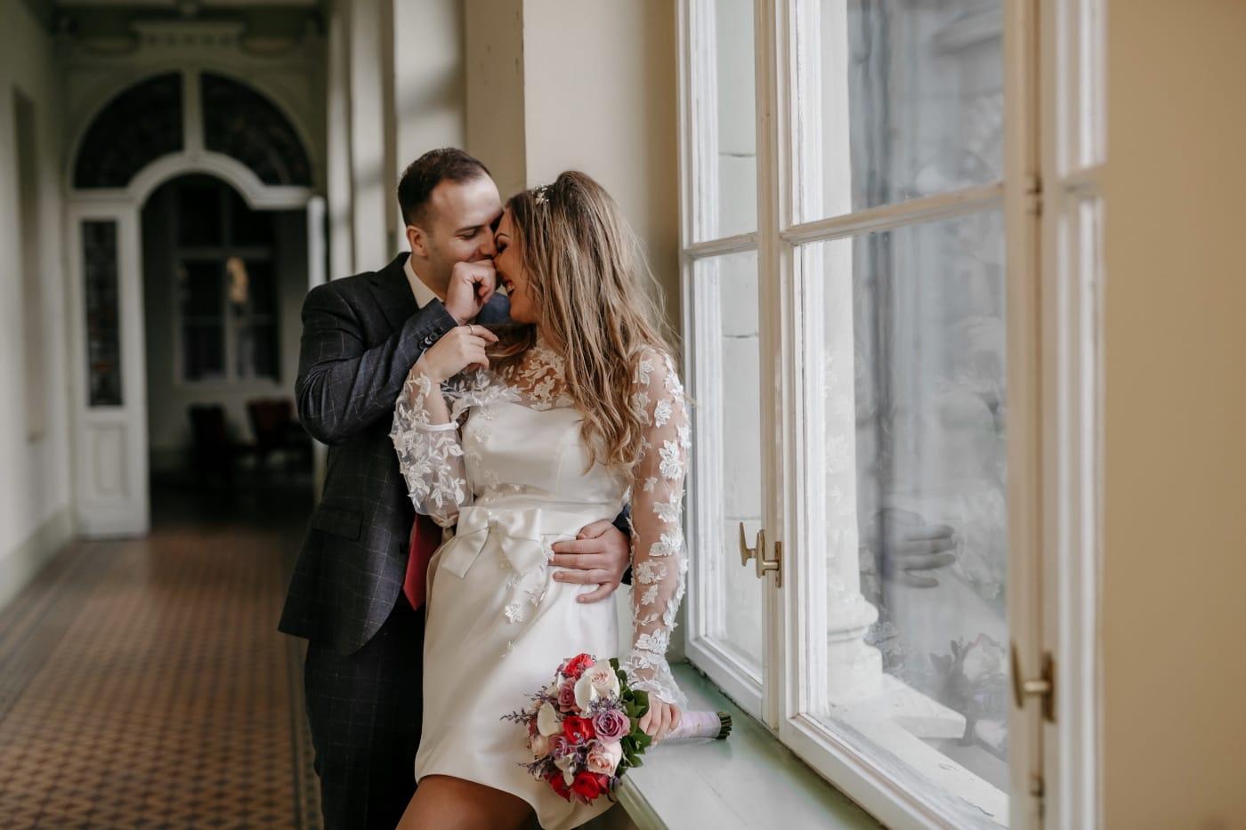 nygifte, innsiden, hjem, gangen, bryllup, bruden, par, brudgommen, kjærlighet, kvinne