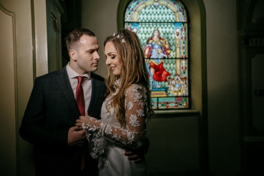 encontro amoroso, igreja, noivo, noiva, interior, pessoas, homem, mulher, menina, retrato