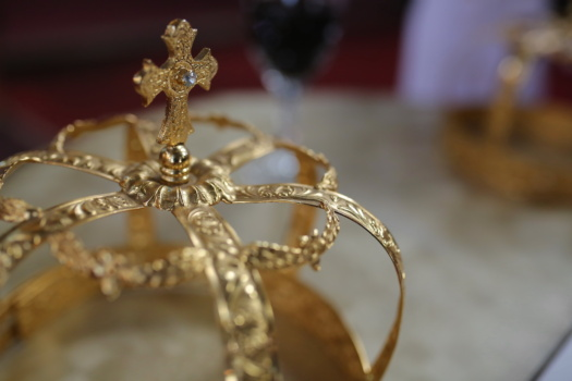 crown, gold, diamond, golden shine, cross, blurry, coronation, details, close-up, luxury