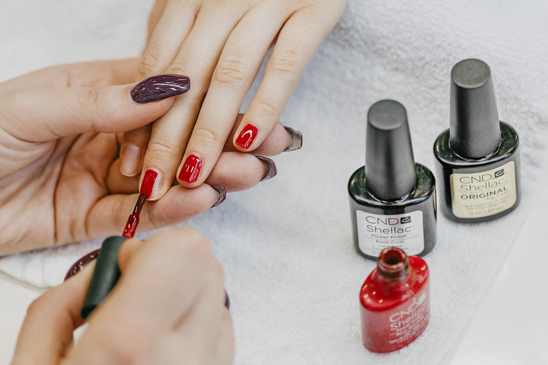 professionnel, produits de beauté, Salon, vernis à ongle, doigt, mains, esthéticienne, brosse, couleurs, manucure