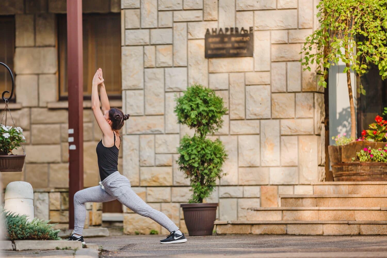 remise en forme, programme de formation, exercice, en bonne santé, Jolie fille, jeune femme, à l'extérieur, femme, architecture, mode