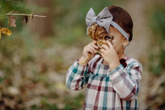 meisje, schattig, peuter, kind, gele bladeren, gezicht, grappig, portret, vreugde, natuur
