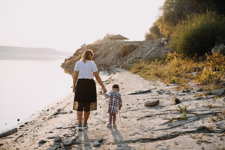 Mutterschaft, Mutter, Tochter, Fluss, Genuss, Zweisamkeit, Flussufer, Fuß, Familie, Mädchen