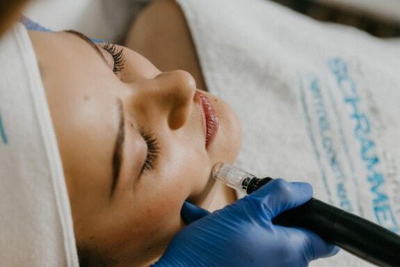 Wellness, centre de spa, soins de santé, soin du visage, traitement, massage, laser, visage, femme, à l'intérieur