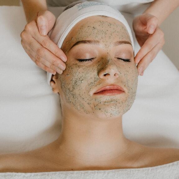Wellness, centre de spa, massage, visage, traitement, esthéticienne, relaxation, peau, femme, santé