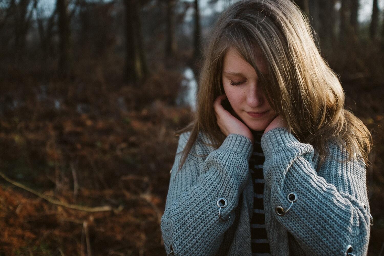 Traurigkeit, Depression, allein, Teenager, Wildnis, Sumpf, Wald, im freien, Denken, Strickjacke