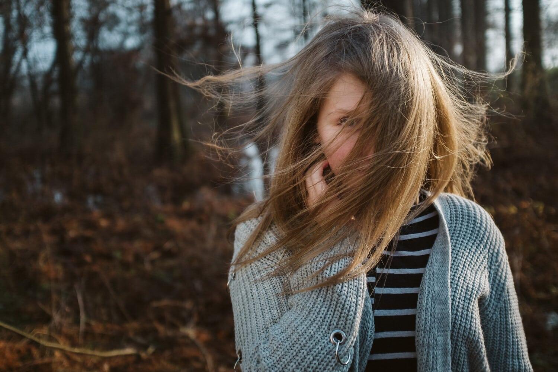 heureux, adolescent, jeune fille, vent, cheveux blonds, Pull, tricots, en plein air, Outfit, cheveux