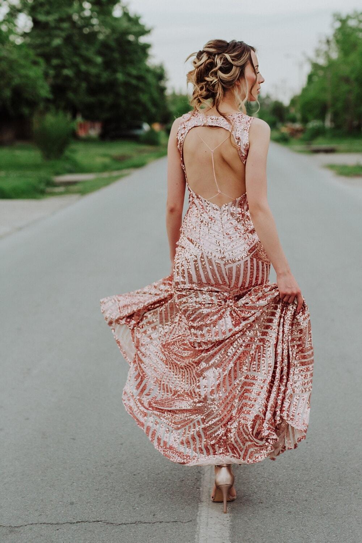 charme, robe, Dame, marche, Svelte, asphalte, Itinéraire, jupe, vêtement, vêtements