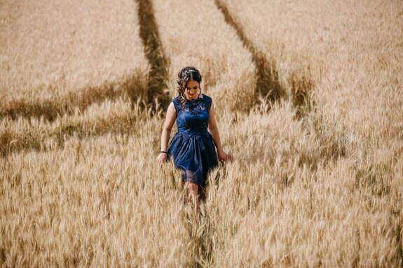 nina bonita, solo, Wheatfield, caminando, romántica, trigo, campo, verano, chica, naturaleza