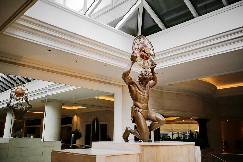 Hotel, Atrium, elegant, Skulptur, Bronze, Spiegel, Analoguhr, Spalte, Architektur, drinnen