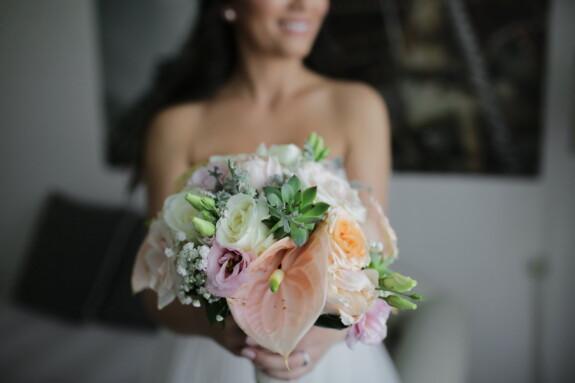 Schlafzimmer, Braut, Hochzeitsstrauß, Lächeln auf den Lippen, Ehe, Hochzeit, Blumenstrauß, Liebe, Dekoration, Frau