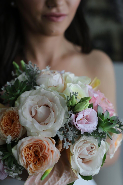 Frau, Blumenstrauß, halten, Romantik, Rosen, Braut, Dekoration, Anordnung, stieg, Liebe