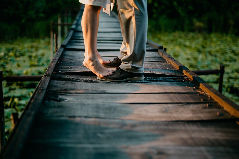 pies descalzos, novia, cita de amor, amor, amante de la, pie, paseo marítimo, calzado, puente, chica