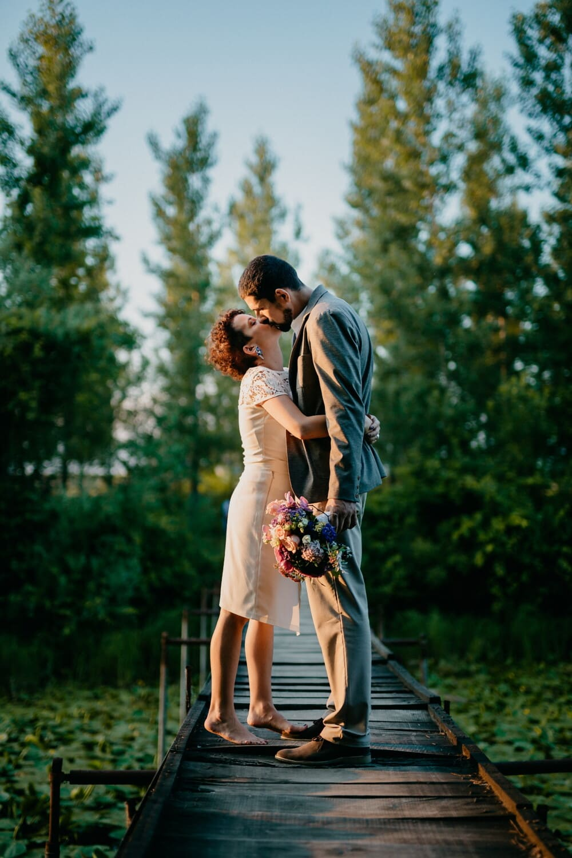 Liebesbeziehung, Kuss, Liebe, Liebhaber, umarmt, Geschenk, Gentleman, Brücke, Mädchen, Natur