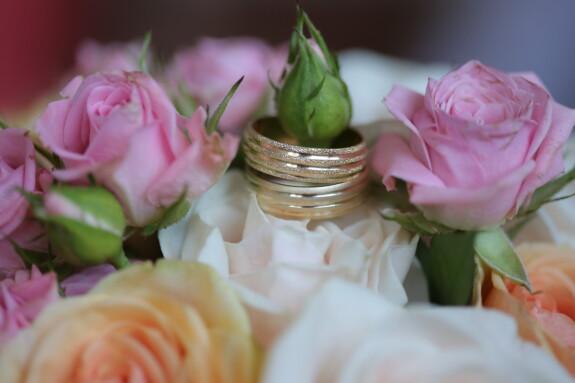 bryllup buket, vielsesring, par, håndlavede, guld, helt tæt, smykker, dekoration, lyserød, blomst