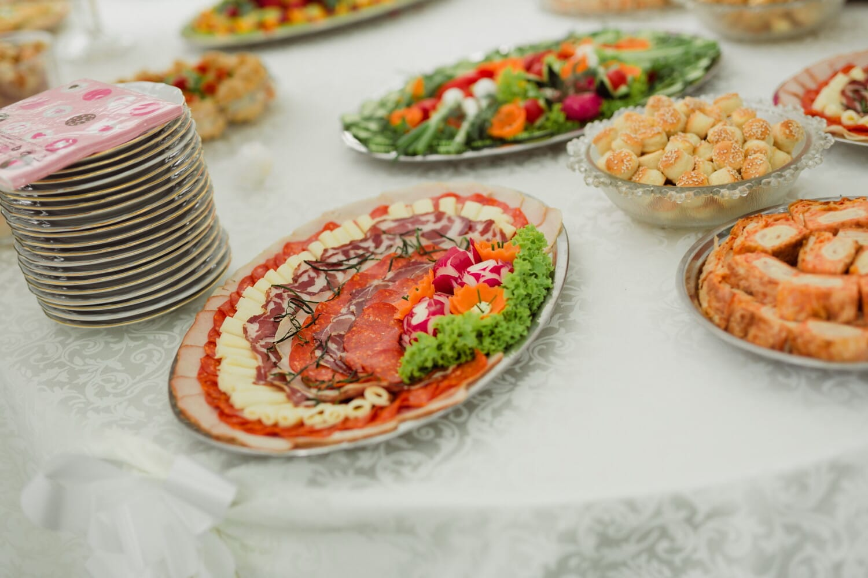 mozzarella, cheese, sausage, ham, salami, parsley, lettuce, breakfast, baked goods, restaurant