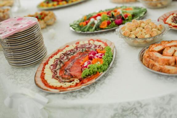 mozzarella, syr, klobása, šunka, saláma, petržlen, hlávkový šalát, raňajky, pecivo, reštaurácia