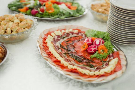 šunka, pecivo, raňajky, saláma, reďkev, klobása, syr, reštaurácia, mozzarella, jedlo