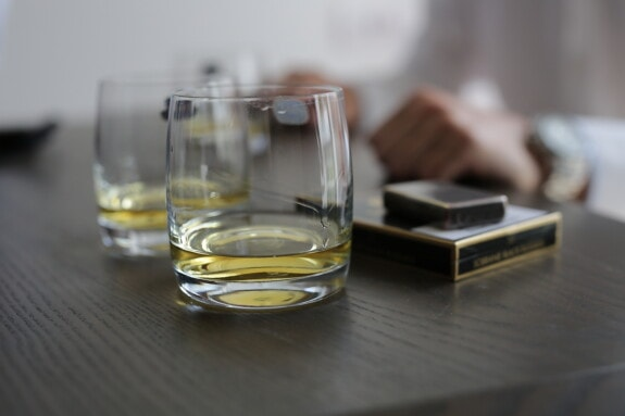 cigarette, alcohol, drink, beverage, glass, indoors, blur, cold, luxury, still life
