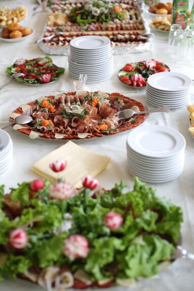 doručak, suhe šljive, užina, svinjetina, kobasica, švedski stol, salama, meso, salata, ploča