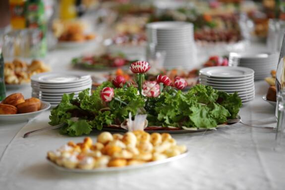 Salat, Frühstück, Mittagessen, Tabelle, Backwaren, Salat, Tomaten, Appetizer, Gemüse, Essen