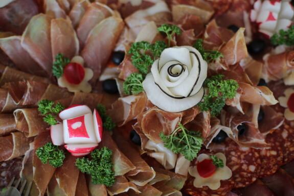 reddik, dekorasjon, garnityr, forrett, salami, pølse, skinke, måltid, salat, mat