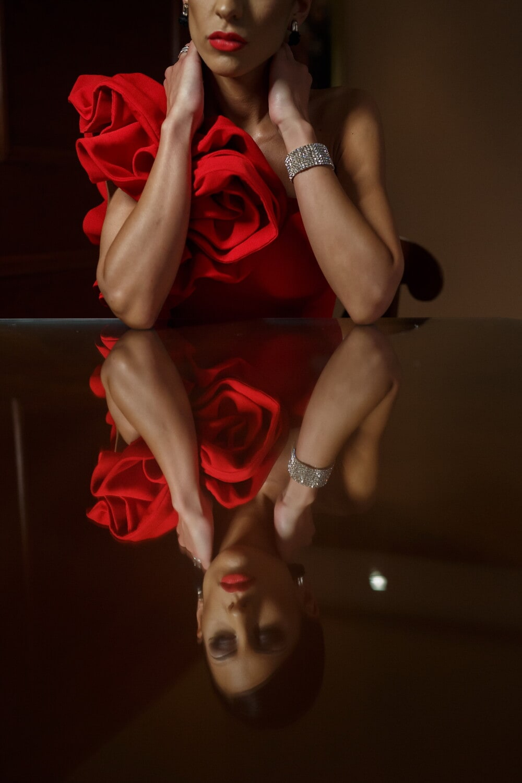 Dame, assis, élégance, charme, table, réflecteur, femme, mode, corps, pôle