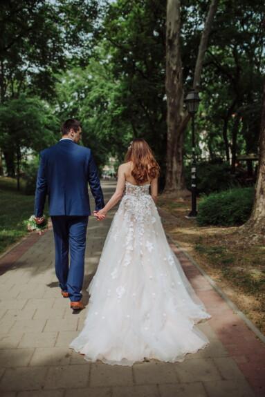 jeunes mariés, marche, jardin, patio, jeune marié, robe, mariage, la mariée, amour, jeune fille