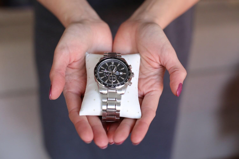 montre à bracelet, cadeau, Holding, mains, platinum, main, temps, femme, entreprise, horloge