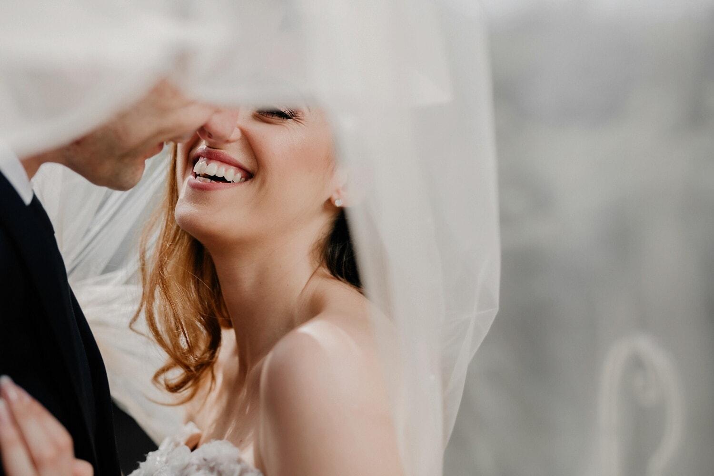 minnaar, romantische date, liefde, verbergen, glimlach, kus, verbergen, gelukkig, vrouw, betrokkenheid