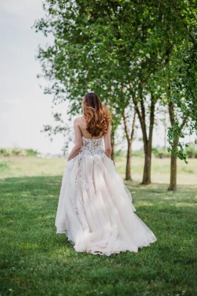 брюнетка, молодая женщина, белый, платье, ходьба, сад, одежды, одежда, девушка, природа