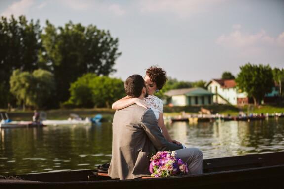 romantique, date d'amour, baiser, au bord du lac, bateau, étreinte, affection, étreindre, amour, émotion