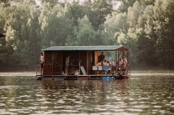 vacanza, persone, stagione estiva, giorni festivi, casa-barca, stile di vita, capannone, acqua, fiume, legno